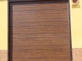 puerta seccional madera oscura 1